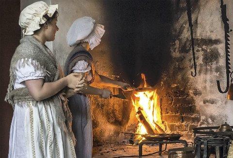 Tidsriktige kostymer og bergensere fra en annen tid. På Gamle Bergen skrus tiden tilbake, og vi går inn i miljøer fra både tidlig og sent 1800-tall. (Foto: GUNNAR STRØM)