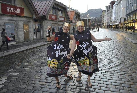 Humør, latter og lite selvhøytidelige – Irene Christiansen (t.v.) og Monica Angermund gapskratter og for en stakkens stund «eier» de hele Strandkaien. Gøyere enn dette kan det neppe bli. (Foto: TOM R. HJERTHOLM)