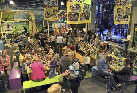 Hundrevis av besøkende finner roen rundt Leo-bordene. Foreldre og barn, besteforeldre og barnebarn er ivrig opptatt av de mange kolossene. (Foto: TOM R. HJERTHOLM)