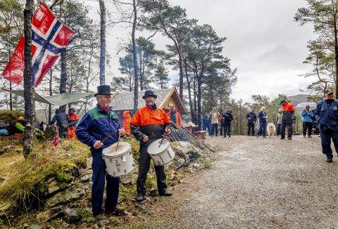 Slagerne Tryggve Greve (t.v.) og Tore Tollefsen fra 160-årsjubilanten Fjeldets Bataljon er også med i Dugnadsgjengen – og hadde tatt trommene med til fjells i går. Herlig stemning da turveien «Hellemyrstien» ble offisielt åpnet. (Foto: ØIVIND ØVREBOTTEN)