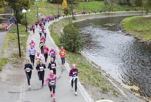Sånn så det ut i hovedstaden, da det aller første Rosa Sløyfe-løpet ble arrangert i fjor i Oslo. Torsdag om halvannen uke er Rosa Sløyfe-løp også her i byen. Arrangøren er på full fart mot målet som er rundt 2000 deltakere. (Foto: KREFTFORENINGEN)