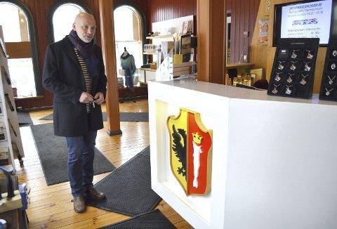 Direktør Stig Stark-Johansen i butikken på Hanseatisk museum   – en butikk som etter opprustingen for få år siden, er blitt en skikkelig suksess. Om ett år vil denne være stengt, og all fokus på hanseatenes tid flyttes til Schøtstuene. Og det blir åpnet ny butikk på Bryggen. (Foto: TOM R. HJERTHOLM)