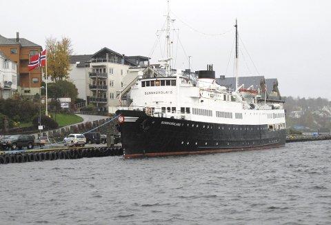 Våren 1974 var det slutt for «Sunnhordland» som i 24 år hadde gått fra Bergen kl 1430 hver dag. Det amerikanske marinefartøyet som ble ombygget ved BMV i 1948, kunne ta 680 passasjerer og 13 biler. – Målet vårt nå er å få båten sertifisert for 180 passasjerer og så drive cruisevirksomhet ut fra Bergen, sier reder Kjell Fylkesnes. (Foto: HARALD SÆTRE)