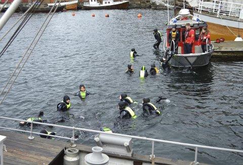 Da de først var kommet ut på dypet i sjøen, var det nesten umulig å få de på land igjen. Gøy er nok det meste dekkende for hva disse syvendeklassingene opplevde. Og de ble godt passet på av ungdommer fra Redningsselskapets ungdomsgruppe. (Foto: TOM R. HJERTHOLM)