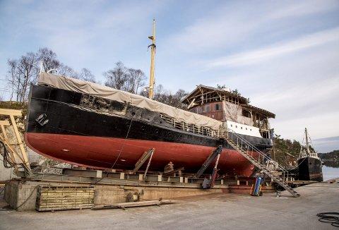 SOM NY: MS «Granvin» som ble bygget i Bergen 86 år siden ser riktig som pen ut, men oventil på dekket står det langt verre til. Under tak skal alt av stål på dekket byttes ut før nytt tredekk skal legges. (Foto: EIRIK HAGESÆTER)