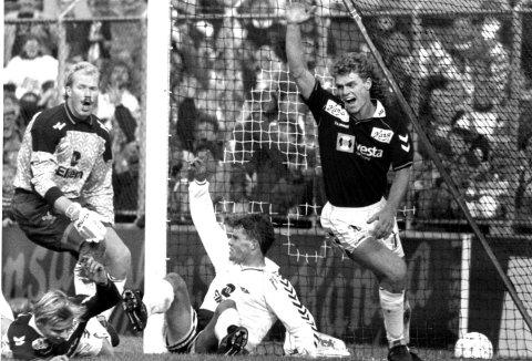 Sjekk håret til Trond Egil Soltvedt, og barten til Ola By Rise! Soltvedt har scora – for Brann mot Rosenborg, han er ein helt i Bergen. Seinare skulle han bli utpeika som syndebukk då det kokte i klubben, og fekk avskjed i mars 1995. Turen gjekk rett til nettopp Rosenborg, og seinare til sju sesongar i England.