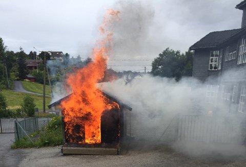 Lekehytten sto i fyr og flammer søndag ettermiddag.