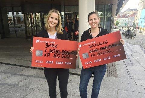 Bergen Røde Kors fikk 100.000 kroner av Sparebanken Vest sine samfunnsnyttige midler. Kommunikasjonsansvarlig Annette Fischer (t.v.) og koordinator for gatemegling, Carina Marie Hermansen.