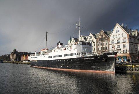 Her ligger MS «Sunnhordland» på Bryggesiden, da den gamle HSD-traveren vendte hjem til Norge og Bergen første gang som restaurert. De kommende dagene blir denne kaien opptatt av store partytelt med VIP-plasser. Dermed blir «Sunnhordland» liggende like bortenfor.  (Foto: EIRIK HAGESÆTER)