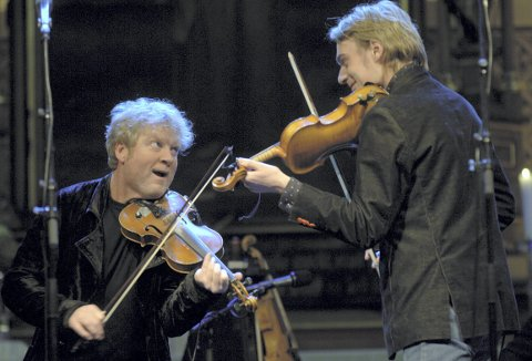 Ikke hver dag det er helt gratis å høre på Vamps Øyvind Staveland og Julian Berntzen. Ved konserten i 2005 dukket også Herborg Kråkevik og Frode Alnæs opp på BKKs konsert. (Foto:  EIRIK HAGESÆTER)