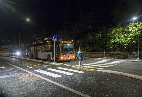 Her har BAs fotograf fått med hva skikkelig lys i et gangfelt betyr for trafikksikkerheten. Fotgjengeren blir fort mer synlig, og det før vedkommende går ut i veibanen. Dette er ett av tre gangfelt i Møllendalsveien. (Foto: MAGNE TURØY)