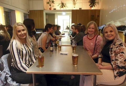 Stine Philippi (24), Mari Gløtberget (25) og Victoria Bjørnstad (22) synes vennedating en spennende å møte å treffe nye folk på. Foto: Linda Nilsen