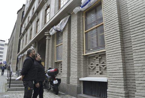 Driftsleder i Tinghuset, Ole Bjørn Sandahl (t.v.) og prosjektleder, Sverre Melvær Øgaard, studerer den snart ferdige fasaden. På Markeveien-fasaden er nå 72 vinduer blitt pusset ned og satt inn med olje – men ifølge tallene til Sandal, er det fortsatt 215 vinduer på de tre resterende fasadene som og trenger behandling. (Foto:  TOM R. HJERTHOLM)