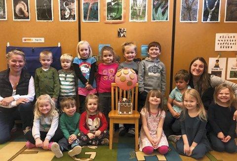 Barna ved   Hartley Nature Preschool samlet med luftballongen til Pepperkakebyen i midten. Nå følger Bente Soderlind (t.v.) og barna spent med pakkens ferd mot Bergen.