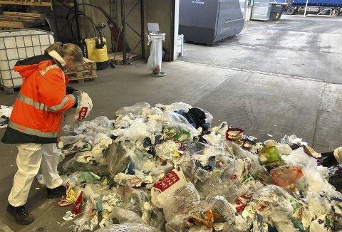 Renhetsgraden på det bergenske plastbosset går under lupen og sjekkes grundig. Her er en ball med plast sprettet og så går en løs og sjekker alt. (Foto: BIR)