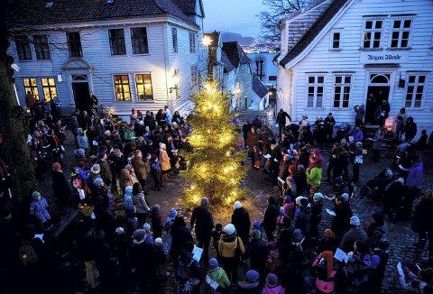 Neste år er det 70 år siden museet på Gamle Bergen åpnet. I løpet av et museumsår er det mange populære dager på museumsrådet, og én av disse er første førjulssøndagen med tenning og gang rundt juletreet på torget. (Foto: BYMUSEET)