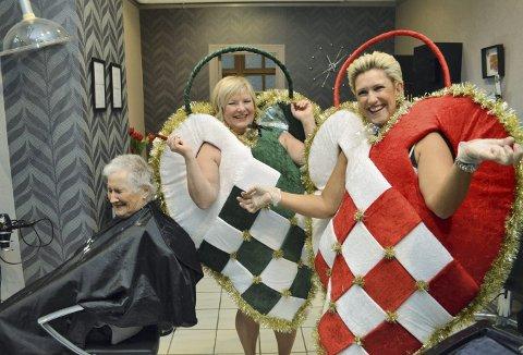 Astrid Bødtker (t.v.) får seg en knakendes god latter, når de to muntre frisørene Monica Angermund og Irene Christiansen sprudler over i sine julekurv-kostymer. I år kom ideen til julekurvkostymet fra Monicas nevø. (Foto: TOM R. HJERTHOLM)