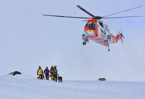 Norske Redningshunder er flydd inn med redningshelikopter til søk i ras på Finse. I alt er det 16 godkjente lavinehund-ekvipasjer her i Hordaland. (Foto: NRH HORDALAND)