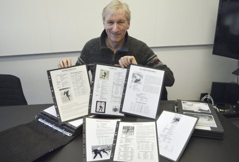 Svein Hjelle har mange ringpermer med skøytehistorikk. Gamle norske skøytestjerners bestetider, meritter, faktaopplysninger, bilder med autografer og små koselige historier for å krydre det hele.