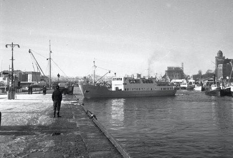 Her ser du «Vestgar» den gangen båten seilte med passasjerer til og  fra Bergen. Den var én av flere «sjøbusser» som hadde  øyriket vest og nordvest for byen som området. Dette bildet er tatt en vinterdag midt på 1950-tallet.