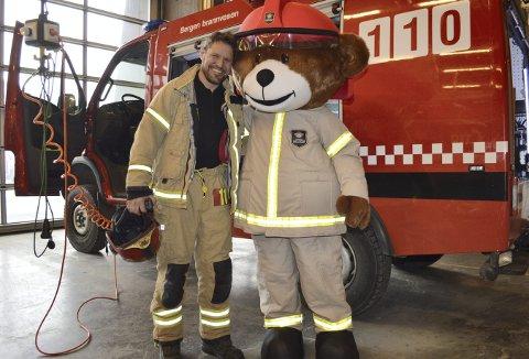 – Veldig kjekt å få inn en maskot som Bjørnis her på stasjonen, sier en strålende fornøyd Sigurd Hadeland, når han treffer på sin nye kollega i garasjen på Hovedbrannstasjonen.  (Foto: TOM R. HJERTHOLM)