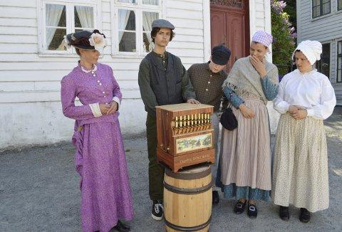 De ble en smule betuttet da lyden fra museets siste tilvekst ga lyd fra seg. Lirekasselyden bærer langt av gårde, og kan høres over hele museumsområdet. Fv. « Fru Elisabeth Helland», « rampungen», «kjuagutten», «Anna Leonora Dalseide» og «Ingeborg Larsdotter Anglevik. (Foto: TOM R. HJERTHOLM)
