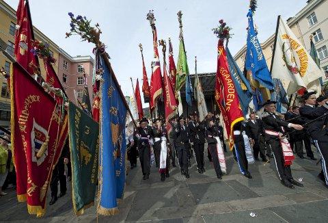 Buekorpsbevegelsen feirer seg selv, og Bergen by er stolt over sine buekorps og alt det disse bærer med seg av særpreg, identitet og tradisjon. Her for åtte år siden på Torgallmenningen. (Foto: EIRIK HAGESÆTER)