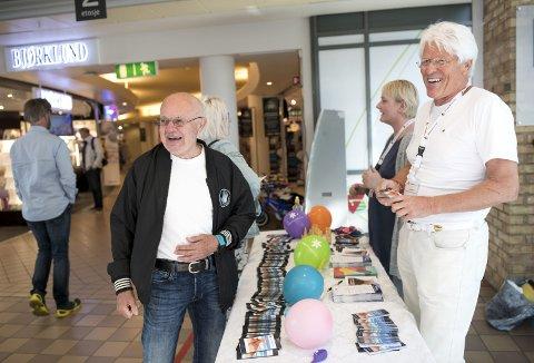 Mette Førde Sørsdal og Roald Nystad fra Føflekkreftforeningen ga informasjon til folket på Bergen storsenter onsdag. Arvid Reseland var blant dem som stoppet opp for å få                                   litt informasjon og en gratis dose solkrem.