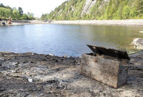 Når det plutselig dukker opp en slik kiste på bunnen av Munkebotsvatnet er det naturlig at turgåere må kikke nærmere. Også BAs fotograf måtte en tur bortom det som skulle vise seg å være en tom anleggskasse fra 50–60 år tilbake. (Foto: ANDERS KJØLEN)