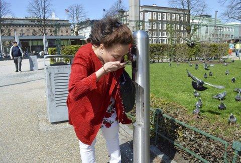 Anne Elisa Tryti tester ut vannposten – og finner fort ut at vannkvaliteten er den samme som hjemme i springen. Neste gang tar hun nok med en liten trekopp. (Foto: TOM R. HJERTHOLM)