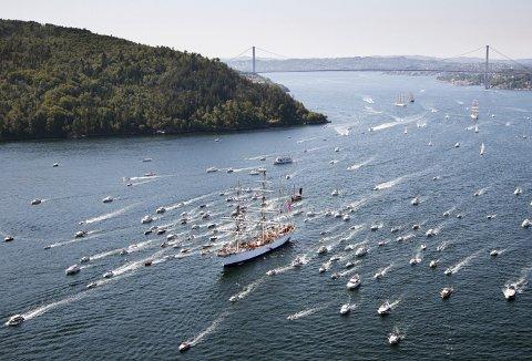 Et flott syn sommeren for fire år siden, da 100-åringen «Statsraad Lehmkuhl» ledet an blant både seilskip og småbåter in til Bergen. Sotrabroen i bakgrunnen. (Foto: BA)