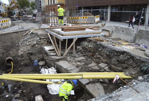 Hele Kong Oscars gate er et eneste stort funn for arkeologene fra Norsk institutt for kulturminneforskning (NIKU) . Her fra det store hullet ved «Katten» med arkeolog Anna Wändahl nede under de gule telerørene. (Foto: TOM R. HJERTHOLM)
