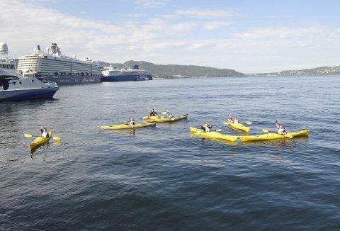 For denne ivrige gruppen med padlere var forholdene på fjorden prima. Nærmest vindstille ga maksimal uttelling på den lille rundturen. (Foto: TOM R. HJERTHOLM)