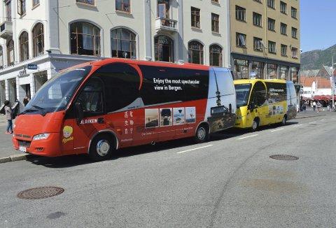 Som seg hør og bør to busser som skal kjøre mellom Bergen Sentrum og Ulriksbanens nedre stasjon i Haukelandsbakken, er én rød og én gul – akkurat som de to gondolene «Perle & Bruse». (Foto: TOM R. HJERTHOLM)