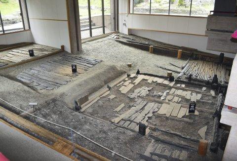Dette er det eldste arkeologiske funnet på Bryggen. Datert til å være fra år 1120. – De fleste bygningsrestene her på Bryggen er fra 1170, men dette er altså enda eldre, opplyser førstekonservator Sigrid Mygland. Dette vil det ikke bli gjort noe mer i ombyggingsperioden. (Foto:  TOM R. HJERTHOLM)