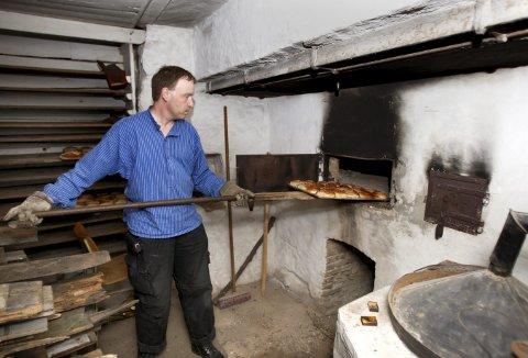 Dette er et motiv hentet fra en av de store familiedagene på Gamle Bergen i 2008. Det er «baker» Bjørn -Otto Aarheim som trakterer den store stekespaden med skillingsboller. (Foto: EIRIK HAGESÆTER)