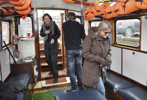 – To reisende med et smil om munnen, kommer om bord på Bradbenken, Maj Brix (i døren) og Betty Irgens (t.h.). Ved roret står Trond Breidmyr og er klar for enda en tur over Vågen.  (Foto:  TOM R. HJERTHOLM)