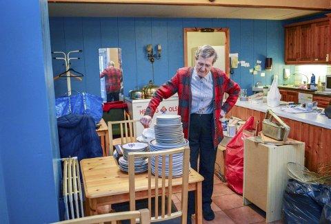 Den aller siste oppvasken er unnagjort, og alt hun har  av fat og tallerkener står pent stablet. Nå skal alt ut - Randi  Bjelland er ferdig med kafedriften, og tar ikke vare på noe. (Foto: TOM R. HJERTHOLM)
