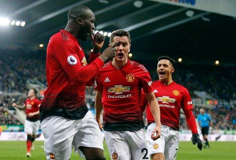 Romelu Lukaku og Alexis Sanchez kom inn mot Newcastle og var svært delaktig i at det ble tre nye poeng.  Foto: Owen Humphreys (AP)  (Owen Humphreys/PA via AP)