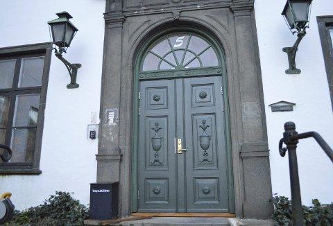 Den store døren inn til det som fra nå blir det kommunale vigselsrommet, står helt i stil med den høytidelige stunden brudeparene står foran. (Foto: TOM R. HJERTHOLM)