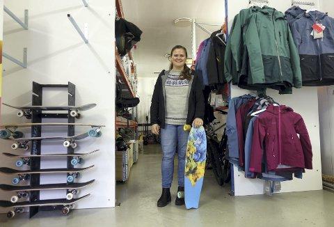 – Her kan man låne, og det er gratis for absolutt alle, sier Veronica Storebø, fagkonsulent i etat for idrett i Bergen kommune. Over skateboardene til venstre i bildet er det litt tomt. Der skal det henge seks løperhjul, men alle er på utlån. – Vi ligger jo vegg i vegg med skatehallen til Fysak, så det er ikke så rart. FOTO: EVA NETELAND