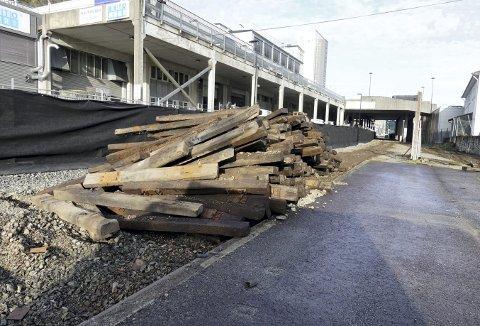Det er ikke lenge siden det rullet godstog med nye biler om bord her på strekningen mellom Minde-terminalen og Kronstad. Nå er det definitivt slutt for jernbanedriften her. Foto: TOM R. HJERTHOLM