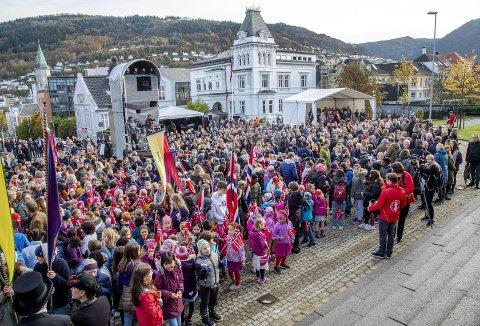 Universitetsmuseet i Bergen har holdt stengt i seks år på grunn av omfattende oppussing. Nå står skoleklasser og andre i kø for å se resultatet. Halvparten av gjenstandene og dyrene er nye for publikum. Her fra åpningsdagen der elevene fra St. Paul skole (foran) stilte med flagg og faner. Foto: EIRIK HAGESÆTER
