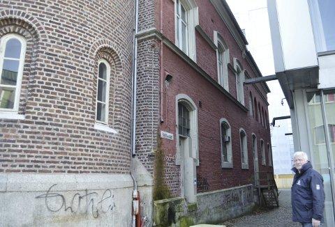 Når Rune Nilsen er ferdig med denne veggen mot Gulating, er Gamle Hovedbrannstasjonen utvendig tilbakeført til den opprinnelige. – Så bærer det tilbake til Gamle Rådhus der vi må ta en del vedlikehold med litt maling osv. Kalkmalingen har nemlig sin begrensede levetid, sier Nilsen.