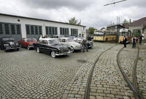 Et paradoks er det at kommunen støtter et teknisk museum, der det fortelles om bilens betydning, samtidig som en ønsker å sette foten ned for deler av bilbruken ved museet. Her fra en bilutstilling på området det gjelder. Foto: EIRIK HAGESÆTER
