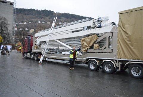 En litt merkelig trailer har funnet veien helt innerst på Festplassen, og den er opprinnelig kommet helt fra Italia. Foto: TOM R. HJERTHOLM