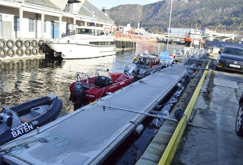 Lengst ut mot Vågen ligger RS «Kristian Gerhard Jebsen II», og så kommer Redningsselskapets andre båter på rekke og rad innover i Tollbodhopen. Flytebryggen er avlåst fra kaien, og båtene slipper å ligge og slå mot den høye steinkaien. Foto: TOM R. HJERTHOLM