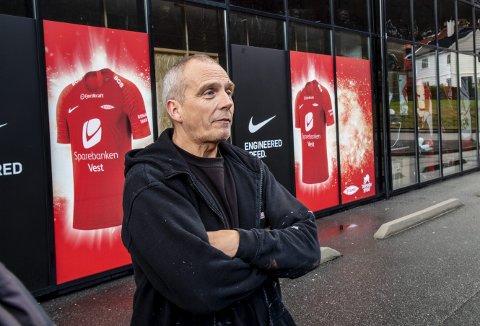 Stein Ove Natland er lei av Lars Arne Nilsens spillestil. Supporteren møtte opp på Stadion for å levere inn partoutkortet sitt.