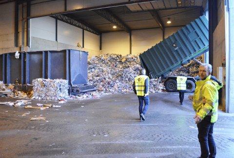 Produksjonsleder ved Bir Bedrift, Trond Atle Paulsen, har etter over 30 år i avfallsbransjen sett det meste, og vet at  julebosset bør sjekkes nøye. Foto: TOM R. HJERTHOLM