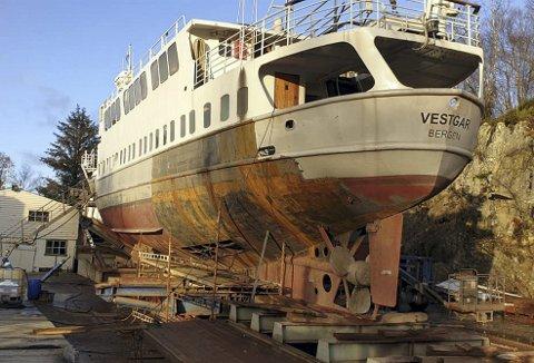 På slippen i Dåfjorden har MS Vestgar ligget denne høsten, og kommer neppe på sjøen igjen før et stykke ut på våren. Nå er det alt stålet akterut som må byttes litt etter litt på båten som fikk fredningsstatus av Riksantikvaren i 2014. Foto:: MS VESTGAR